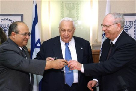 Halevy (right) with Ariel Sharon and Meir Dag