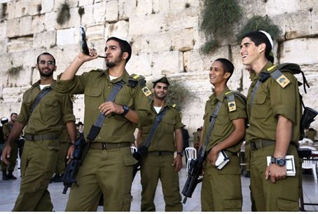 IDF soldiers blow shofar at the Western Wall