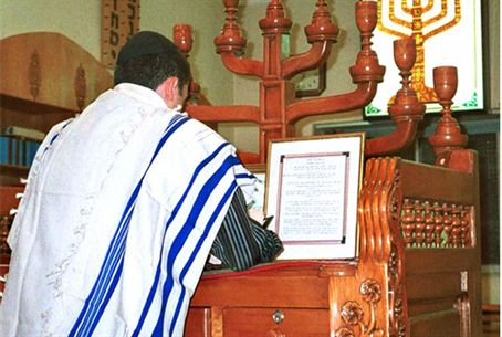 Jew prays in synagogue
