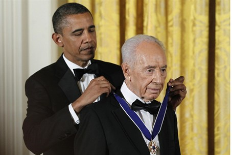 Obama presents Medal of Freedom to Peres