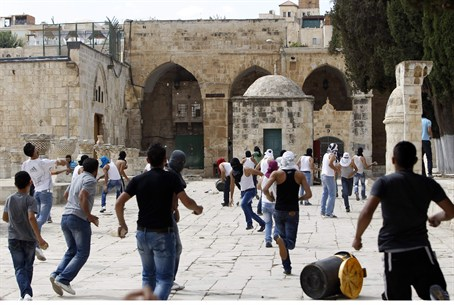 Rioters hurl rocks near Temple Mount