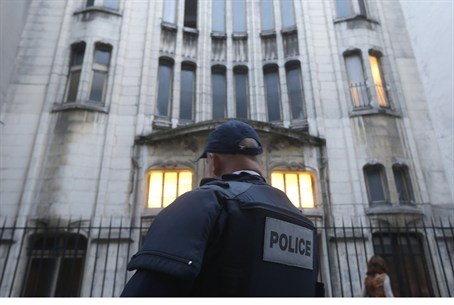 French police officer secures Paris synagogue