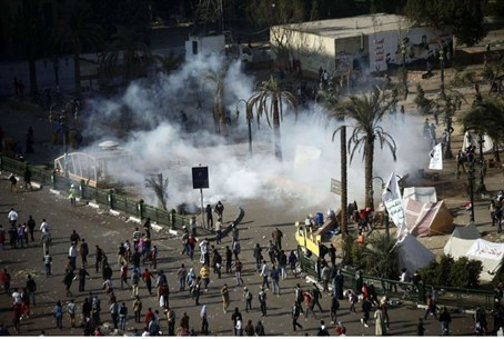Demonstrators and police clash in Cairo