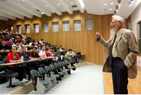 Prof. Aumann teaches 'summer camp' at Hebrew
