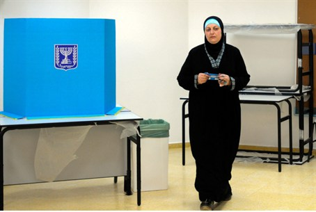 Woman votes in Tira