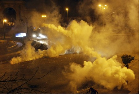 Riot police fire tear gas at anti-Mursi prote