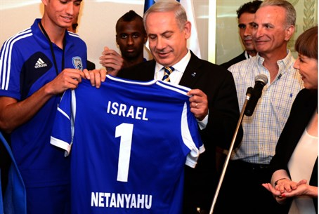 Netanyahu receives soccer jersey from youth t