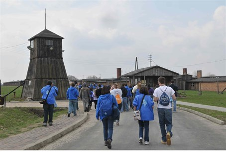 Illustration: Jewish visitors at Majdanek