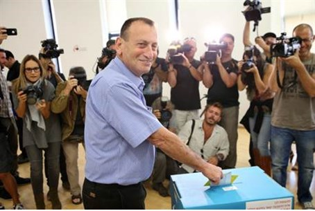 Incumbent Ron Huldai votes in Tel Aviv