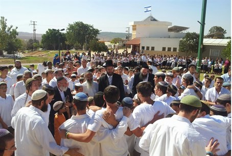 Rabbi David Lau visits the Gush Katif Yeshiva