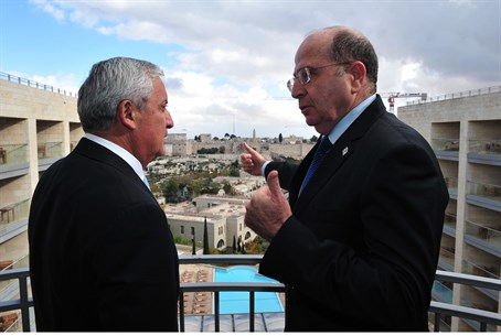 Moshe Yaalon speaks to Guatemalan President O