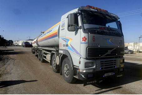Truck carrying fuel arrives in Gaza through t