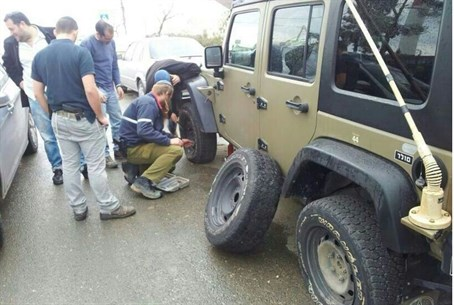 Yitzhar residents repair damaged vehicle