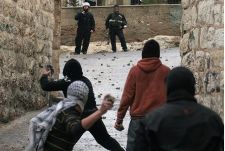 Arab rioters throw rocks at police (file)
