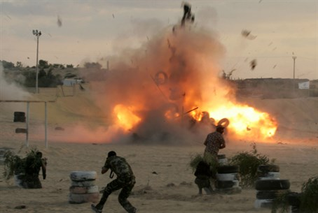 Gaza terrorists train with explosives (file)