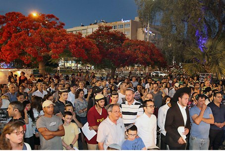 Mass prayer for kidnapped teens in Tel Aviv's