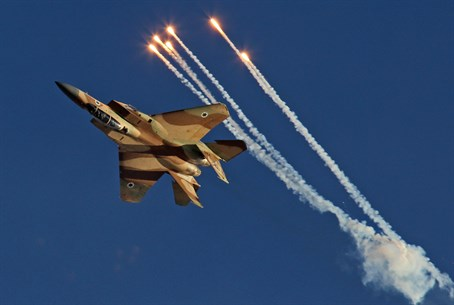 F-15I releases flares (file)