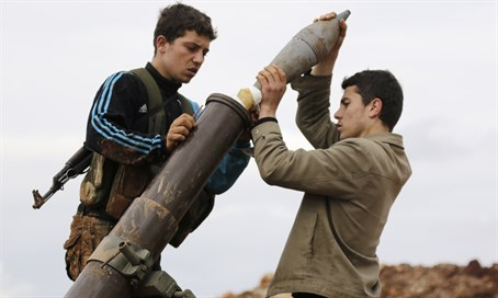 Syrian rebels prepare to fire mortar at regime forces (file)